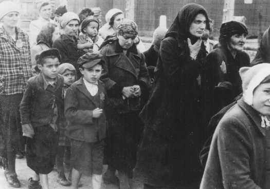 Femmes et enfants arrivant dans le camps de Ravensbrück